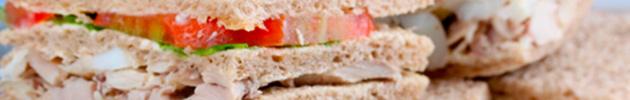 Sándwiches triples de pollo