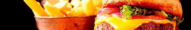 Sándwiches gourmet con papas fritas