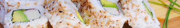 California rolls envueltos en sésamo, masago o ciboulette