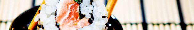 Uramakis (roll con arroz por fuera y alga nori por dentro)