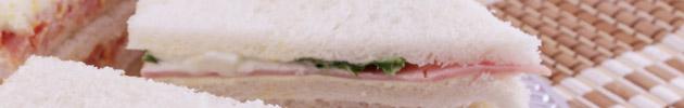 Sandwiches de pan blanco
