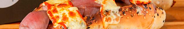 Hot dogs de cordero - Una mezcla de especias acompaña la carne de cordero con un cálido toque oriental en pan catalán con semillas