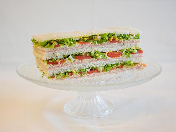 02 - Sándwiches de jamón cocido, lechuga, tomate, huevo y aceitunas