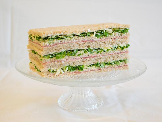 12 - Sándwiches de jamón crudo, rúcula, queso rallado y oliva