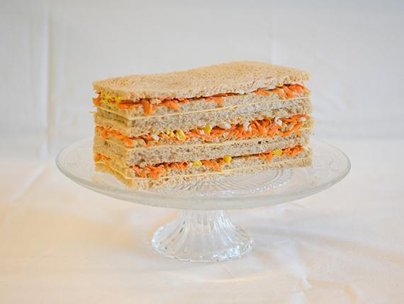 06 - Sándwiches de queso tybo, zanahoria, choclo, huevo y salsa golf