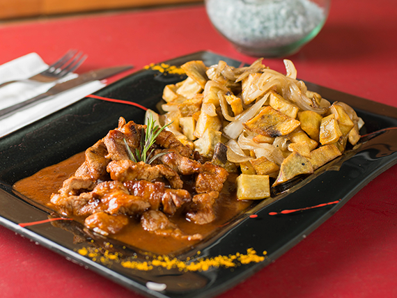 Bondiolita caramelizada con salsa BBQ cebollas y batatas