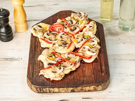 Pollo al champignon con ensalada mixta (comen 4 personas)