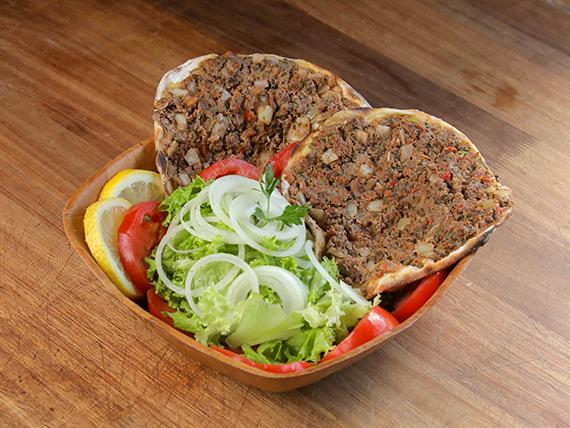 Lehmeyún común (2 unidades) con ensalada mixta