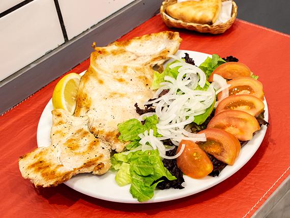 Pechuga de pollo grillada con ensalada de 3 ingredientes