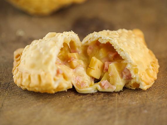 10 - Empanada de queso con jamón