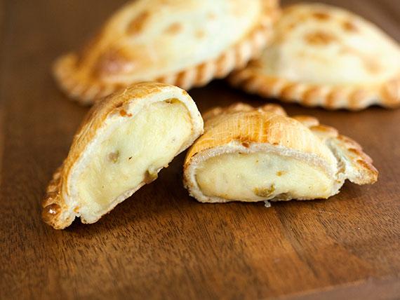 16 - Empanada de queso y aceitunas