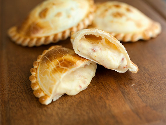 18 - Empanada de queso y cebolla