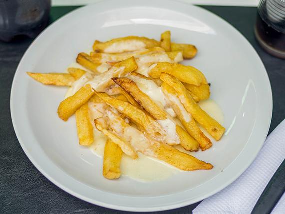 Papas fritas con queso gratinado (porción)