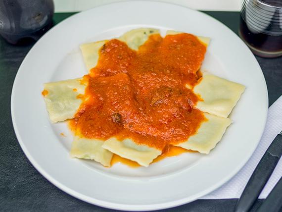 Ravioles de verdura y ricota con salsa