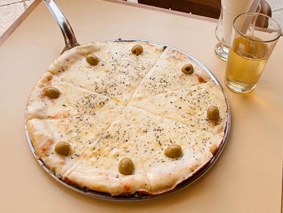 Pizza con muzzarella a la piedra (8 porciones)