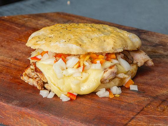 Sándwich 1/4 pollo con criolla y queso