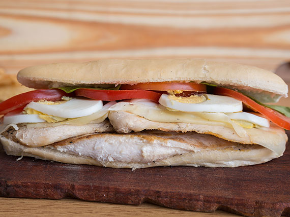 Sándwich de lomito de pollo a la plancha completo