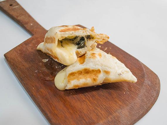 Empanada de verdura y salsa blanca