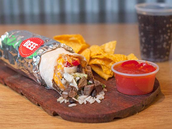 Combo - Burrito de carne acompañado de nachos con salsa y gaseosa