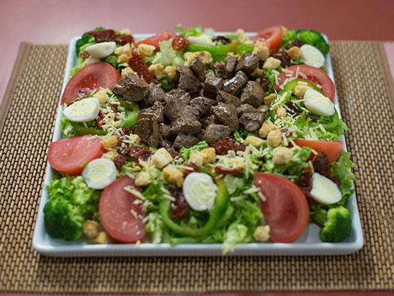 Salada italiana com iscas de filé