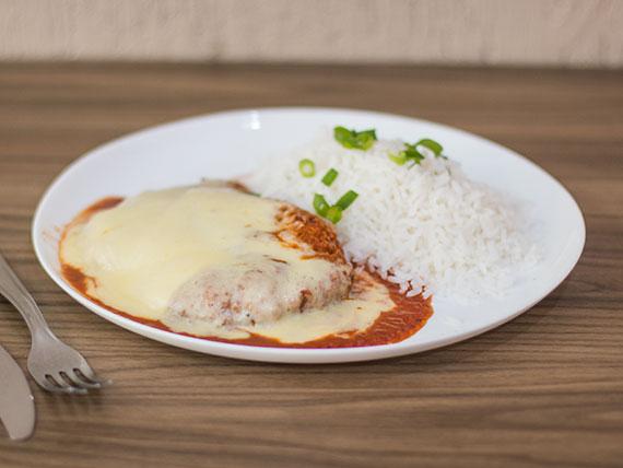 Filet mignon à parmegiana com arroz