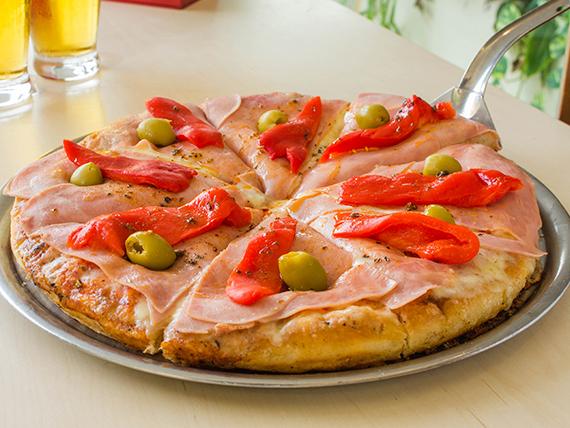 Pizza muzzarella, jamón y morrones grande