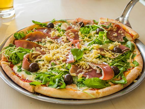 Pizza de jamón crudo y rúcula grande