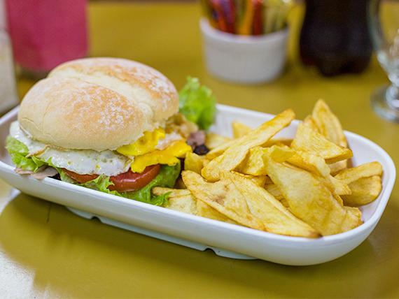 Sándwich hamburguesa casera con lechuga y tomate