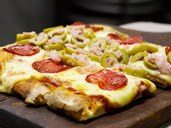 Porción de pizza común con 3 gustos
