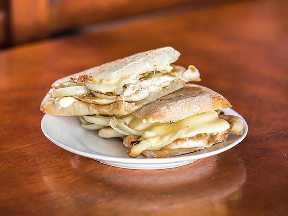 Pan batta con pollo, lomito, tomate y mayonesa