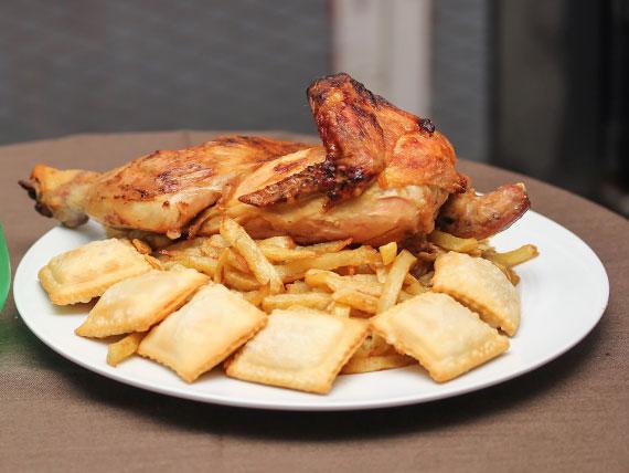 Menú 5 - 1/2 Pollo asado + papas fritas (medianas) + 6 empanadas de queso + bebida de 1.5 L