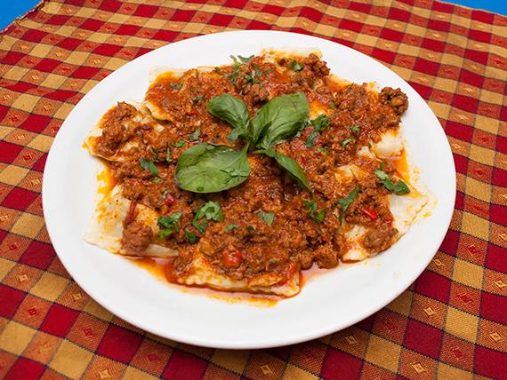 Ravioles caseros de ricota y verduras con bolognesa