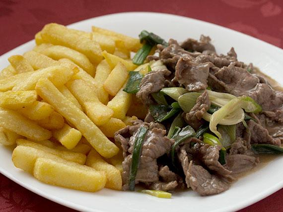 Carne mongoliana con papas fritas