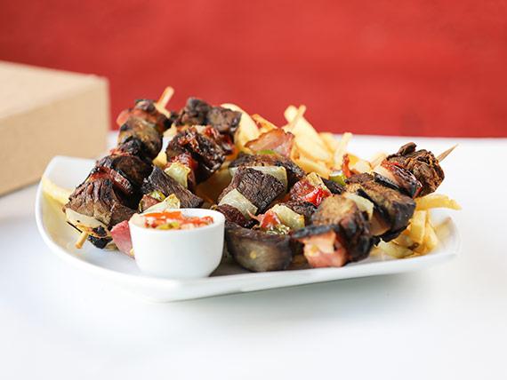 Brochettes de ternera con papas fritas