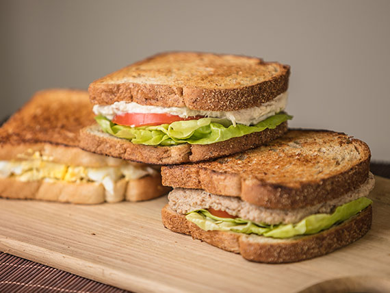 Sanduíche atum com salada