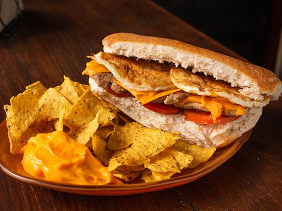 Promo - Bondiolita a elección + porción de nachos con cheddar + porrón de cerveza artesanal otro mundo de 500 ml o gaseosa en lata