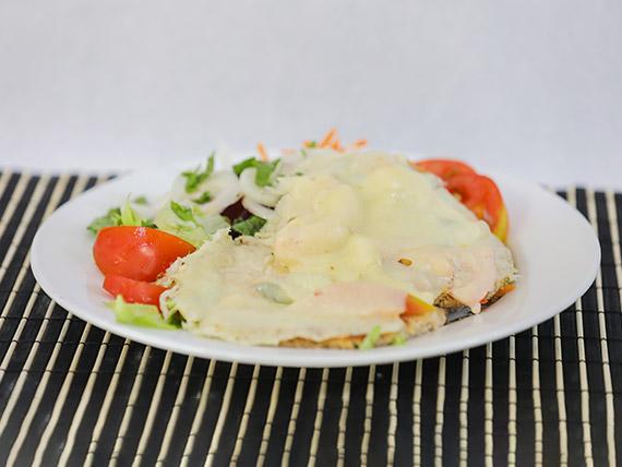 Milanesa de soja capresse con ensalada