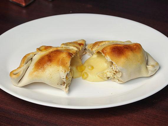 Empanada de pollo, choclo y queso