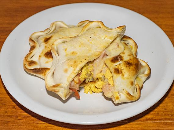 Empanada del Rey jamón, queso, tomate y huevo