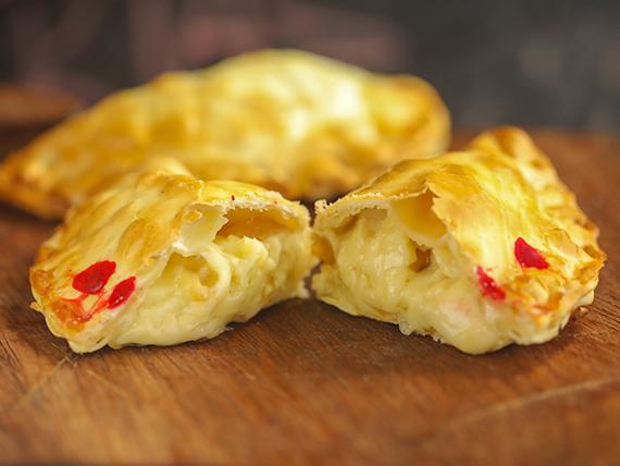 Empanada de queso, cebolla y panceta