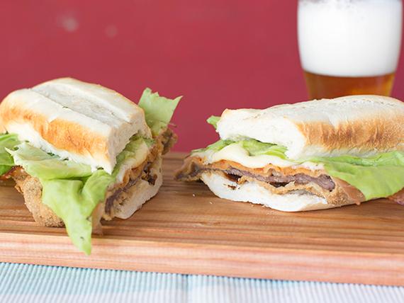 Súper sándwich de milanesa completo
