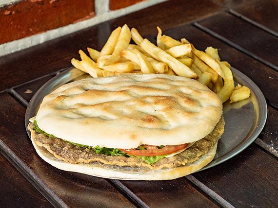 Sándwich de milanesa completa con papas fritas