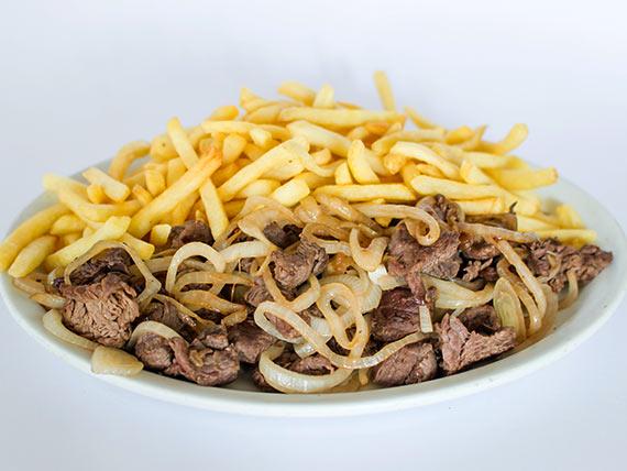 Porção de filé mignon com fritas e cebola