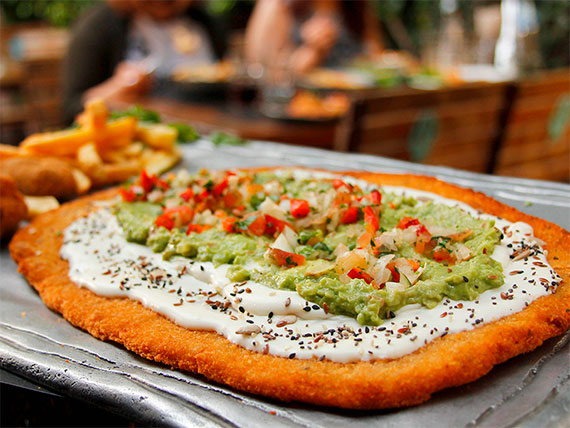 Milanesa guacamole con guarnición