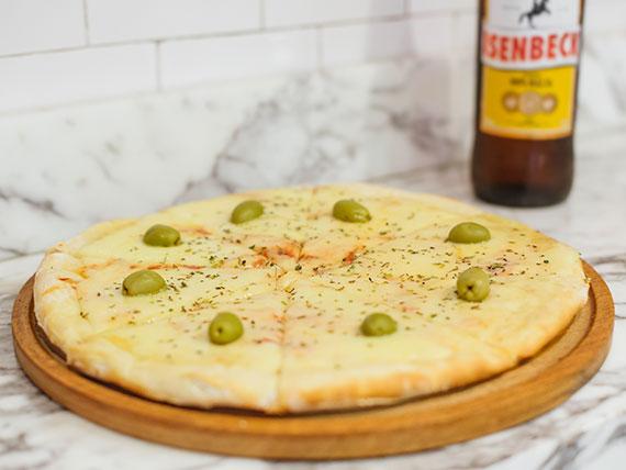 Promo - Pizza muzzarella grande + gaseosa 1.5 L o cerveza Isenbeck 1 L