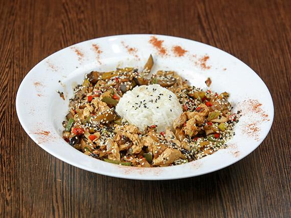 Wok de pollo con arroz blanco