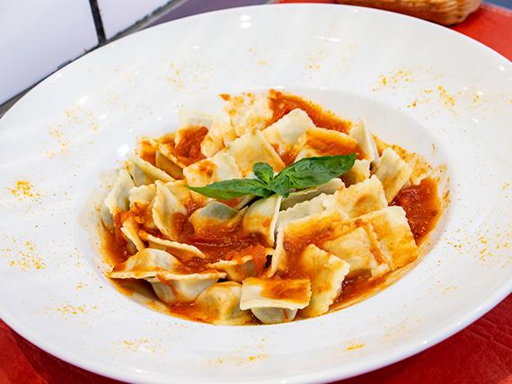 Ravioles de pollo y verduras en salsa filetto