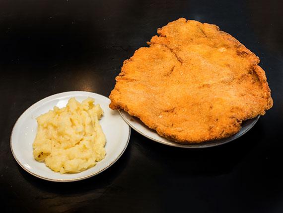 Milanesa de pollo con puré