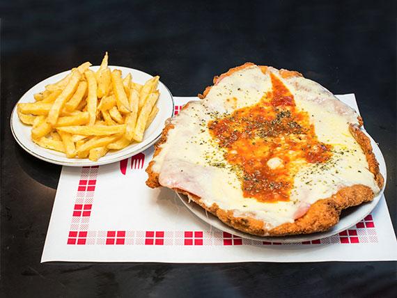 Milanesa de pollo napolitana con papas fritas