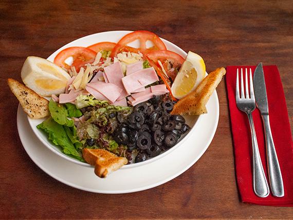 Insalate 1 - Lechuga, tomate, jamón cocido, aceitunas, crutones y queso parmesano